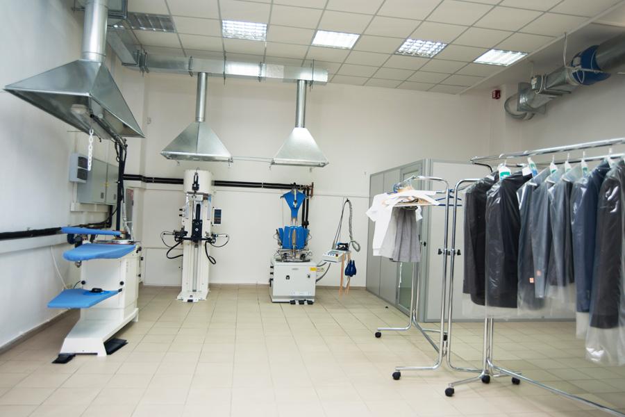 Открыть химчистку с Profitex. Аквачистка «Lagoon-Shop», Калининград. На фото помещение химчистки, оснащенное гладильным столом и пароманекенами Electrolux.