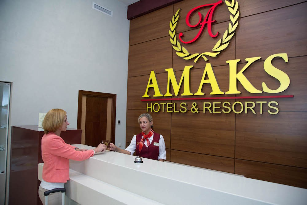 Профессиональное прачечное оборудование для отелей от Profitex. Курорт «Красная Пахра», сеть отелей «AMAKS Hotels & Resorts», Московская область, Красная Пахра. На фото ресепшн отеля.