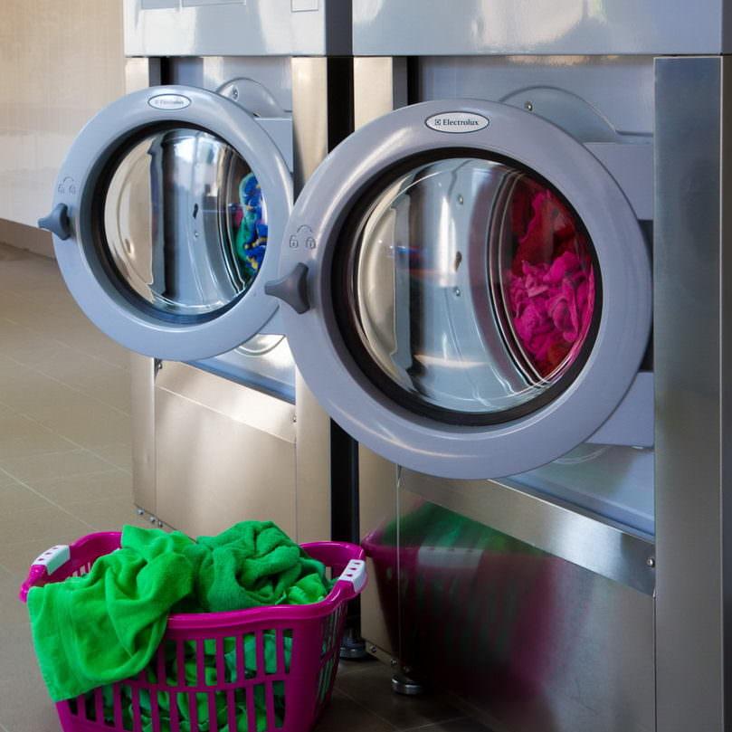 Оборудование для промышленных прачечных. Коммерческая прачечная, Симферополь. На фото высокоскоростные стиральные машины Electrolux.