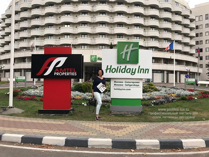 Поставка профессионального текстиля для отелей, гостиниц, санаториев. Отель «Holiday Inn Seligerskaya» 4*, Москва. На фото центральный вход в отель.