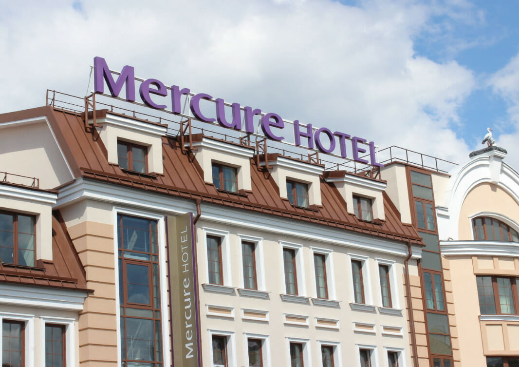 Профессиональный текстиль для отелей, гостиниц, хостелов от Profitex. Отель Mercure Minsk Old Town, Беларусь, Минск. На фото центральный вход в отель.
